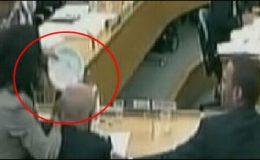 لندن: پارلیمنٹ میں روپرٹ مردوک پر حملہ
