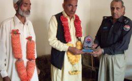 مظفرآباد : ایس پی رینجرز اکشاد احمد ریٹائرڈ پولیس ملازمین کو شیلڈ دے رہے ہیں