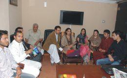 نگھت خان اور پی ایم ایل ونگ کے مرکزی سیکرٹری اطلاعات علی خان یوسف زئی میٹنگ کے دوران