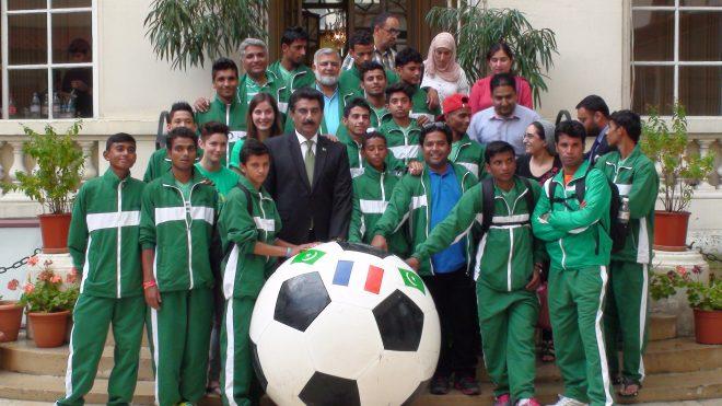 سٹریٹ چائلڈ فٹ بال ٹیم کی فرانس آمد ۔سفارت خانہ پیرس میں استقبالیہ