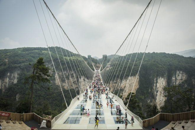چین : پہاڑوں پر بنا معلق شیشے کا پل بند کر دیا گیا