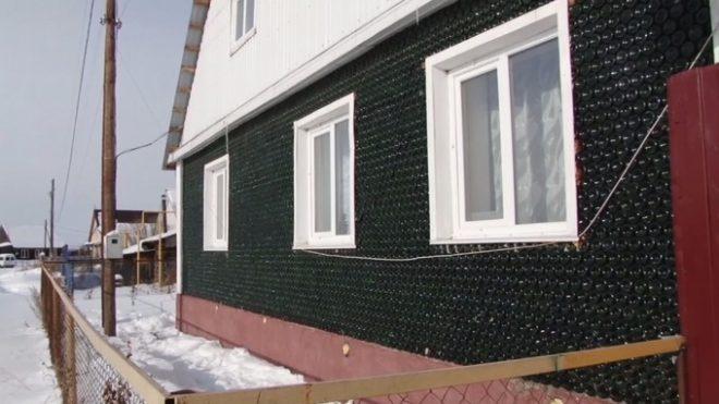 روس : 12 ہزار بوتلوں کو جوڑ کر ایک شخص نے گھر بنا ڈالا