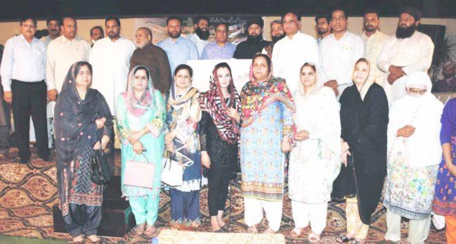 لاہور: شہدا پاک فوج، پولیس کی تقریب کے اختتام پر خطیب داتا دربار مفتی رمضان، سہیل چشتی اور شرکا کا گروپ فوٹو