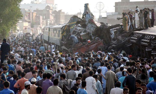حیدرآباد میں جناح ایکسپریس مال گاڑی سے ٹکرا گئی، 3 افراد جاں بحق