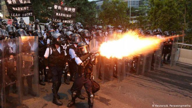 ہانگ کانگ میں مظاہرے، آنسو گیس، فائرنگ: پارلیمان کا محاصرہ