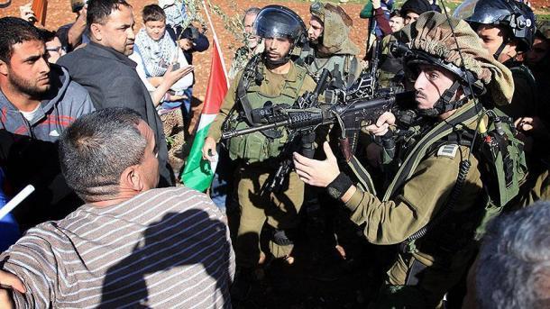 اسرائیلی فوجیوں نے نہتے فلسطینیوں پر گولی چلا دی، 98 زخمی