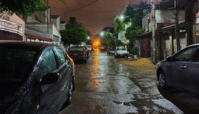 کراچی کے مختلف علاقوں میں رات گئے ہلکی بارش، کے الیکٹرک کا سسٹم پھر بیٹھ گیا