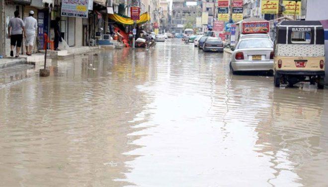کراچی میں طوفانی بارش، سڑکیں تالاب کا منظر پیش کرنے لگیں، حادثات میں 8 افراد جاں بحق