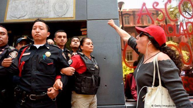 میکسیکو: پولیس کے ہاتھوں کم عمر لڑکیوں کا ریپ، عوامی مظاہرے