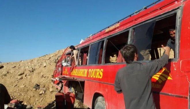 دیامر میں مسافر کوچ پہاڑ سے ٹکرا گئی، 26 افراد جاں بحق