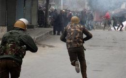 مقبوضہ کشمیر میں بھارتی پابندیاں 72 ویں روز میں داخل، نوجوانوں کا رکاوٹیں توڑ کر احتجاج
