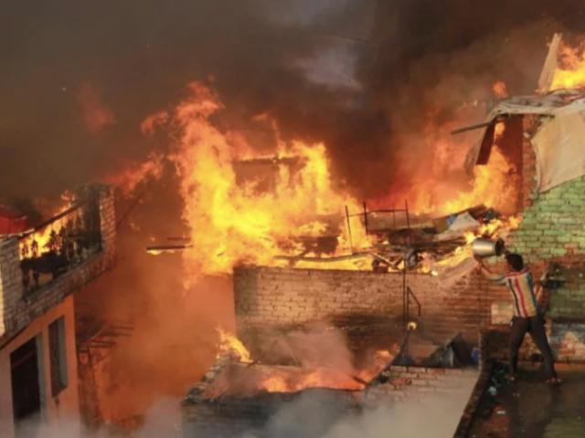 بھارت میں مسلمانوں کے درجنوں گھر نذر آتش، مسجد پر بھی دھاوا