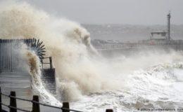 یورپ میں خطرناک سمندری طوفان: ٹرانسپورٹ معطل، سکول بند