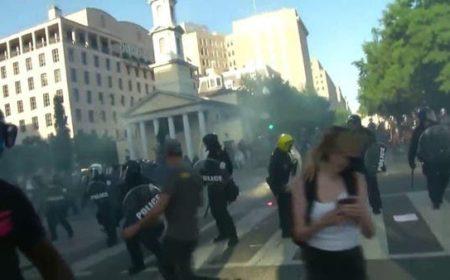 وائٹ ہاوس کے اطراف میں میدان جنگ کا منظر، پولیس اور مظاہرین شدید جھڑپیں