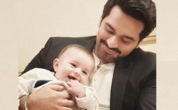 حمزہ عباسی کے بیٹے کو گود میں لے کر ہمایوں سعید خوشی سے سرشار