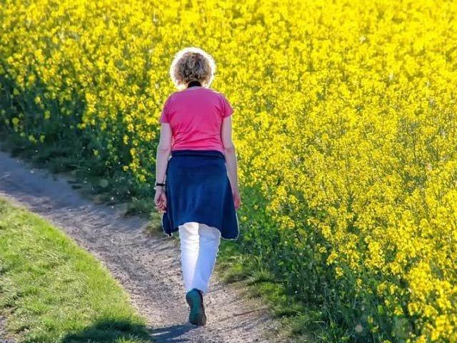 خواتین چہل قدمی کو معمول بنائیں اور بلڈ پریشر سے نجات پائیں