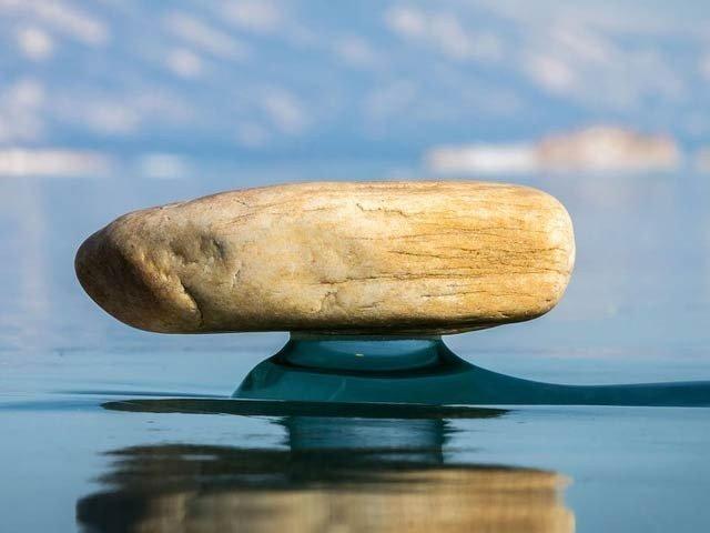 جھیل بیکل کے آبی پاؤں پر ٹکے پتھر