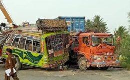 ڈی جی خان: بس اور ٹرک میں تصادم، ہلاکتوں کی تعداد 25 ہو گئی